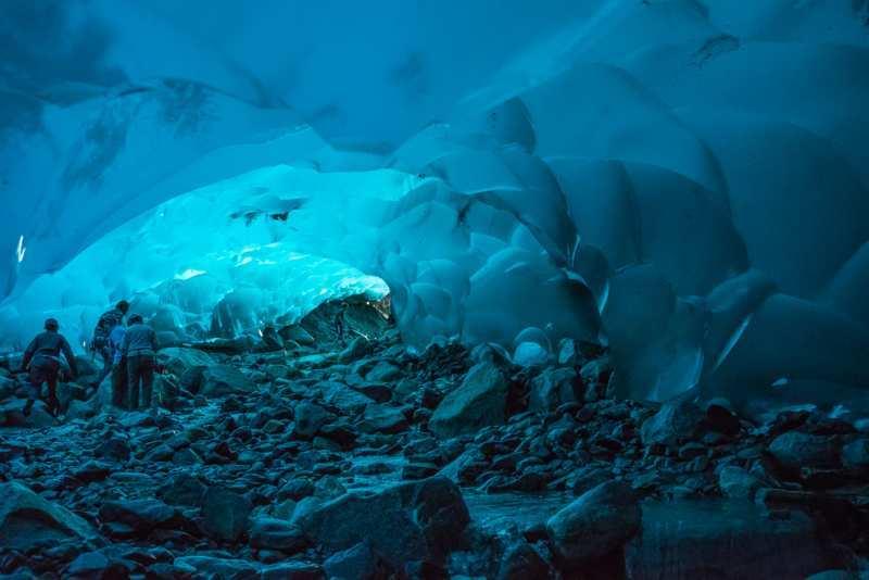 Cahaya membuat dinding gua bersinar kebiruan