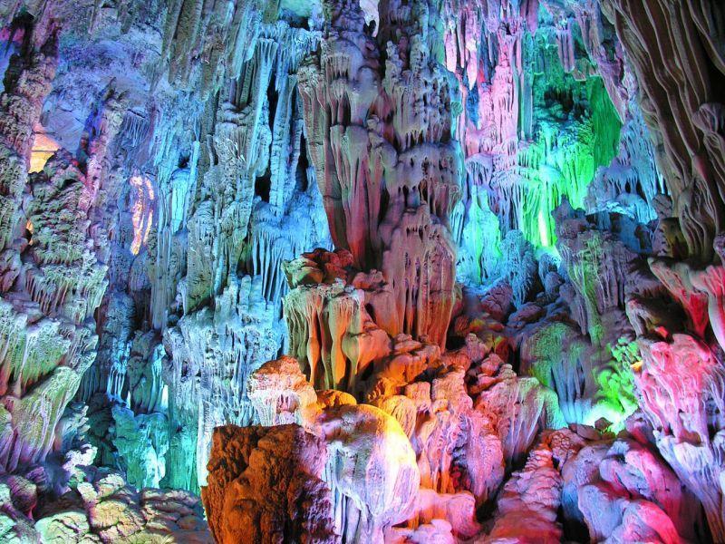 Lampu - lampu ditambahkan untuk menambah daya tarik gua