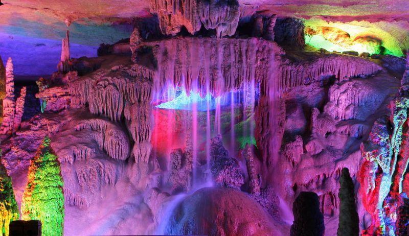 Oleh penduduk setempat gua ini dijuluki dengan Istana Seni Alam