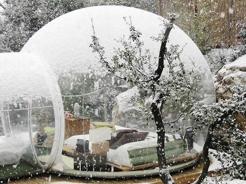 Dengan atap yang transparan, kamu bisa nikmati hujan salju