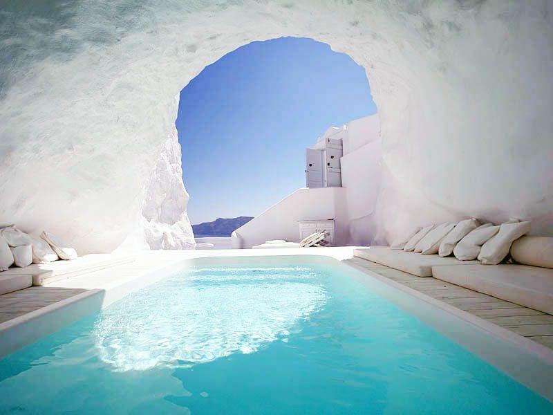 Kolam renang hotel ini juga luar biasa unik