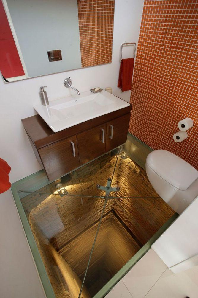 Toilet berlantai kaca
