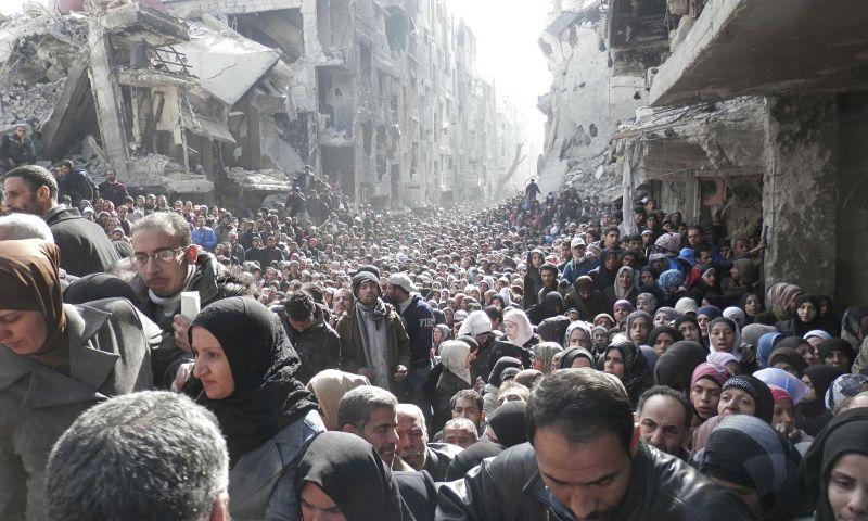 Pengungsi mengantri bantuan makanan dari PBB (UNRWA / AP)