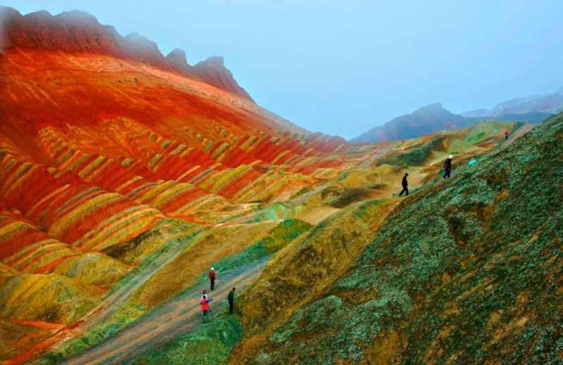 Beberapa pengunjung yang mencoba menikmati Zhangye Danxia