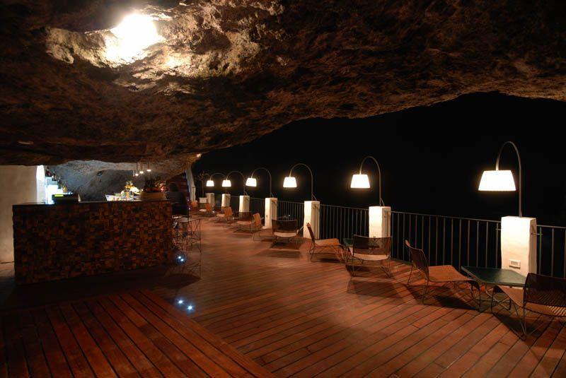 Hotel ini tampil cantik dan unik karena letaknya berada di dalam gua