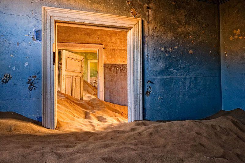 Pemandangan di balik dinding Kolmanskop