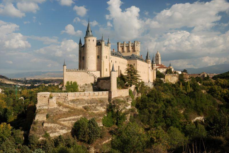 Bangunan kastil Alcazar dan pepohonan di sekelilingnya
