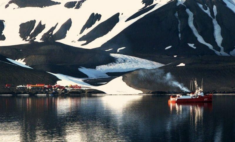Berlayar di pantai Antartika