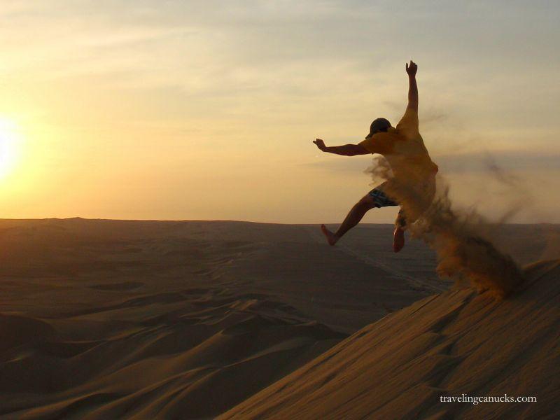 Selancar pasir dan menikmati sunset