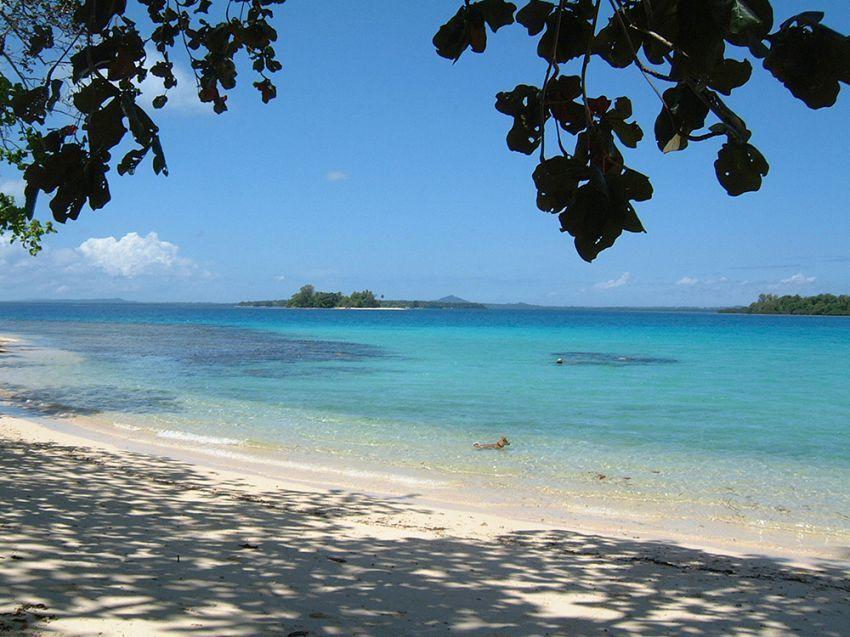 Indahnya pantai pulau Lissenung