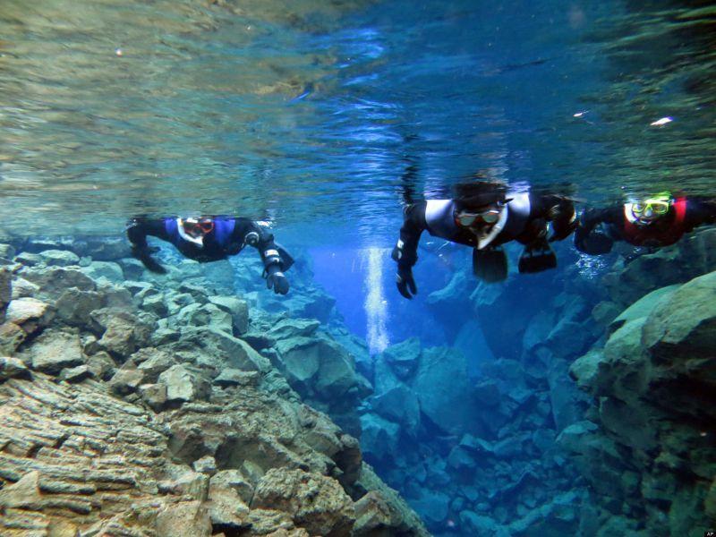Snorkel dan diving adalah hal yang wajib dilakukan di danau ini