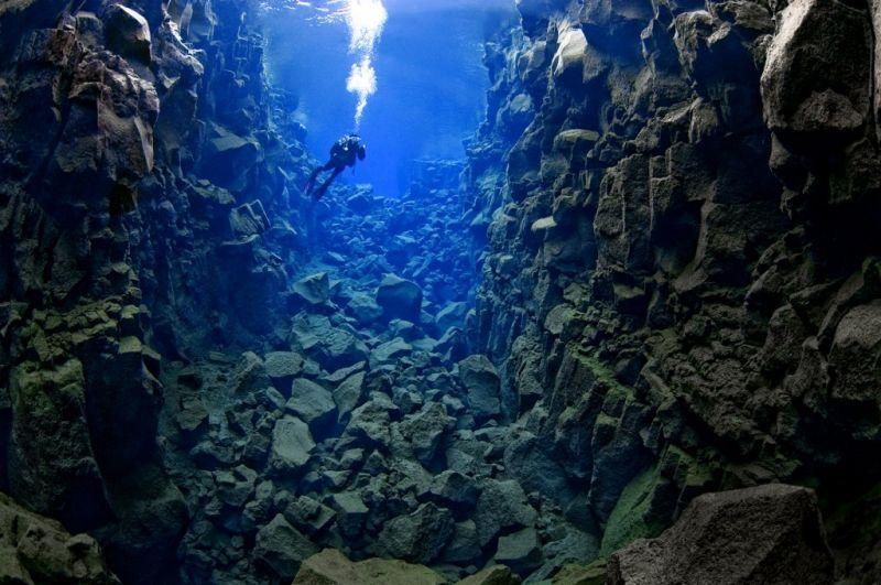 Inilah pemandangan di bawah danau Pingvallavatn