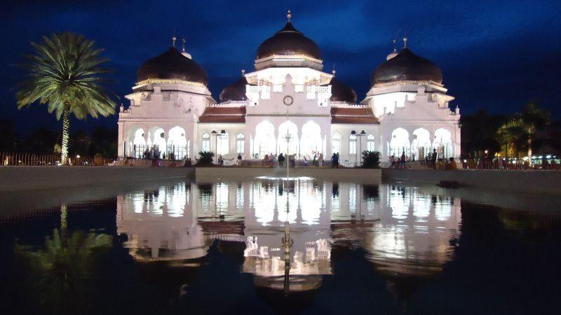 Masjid Baiturahman menjadi satu - satunya bangunan yang kokh berdiri saat tsunami Aceh