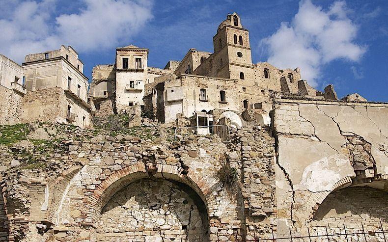 Banyaknya bencana di daerah ini membuat Craco menjadi kota mati
