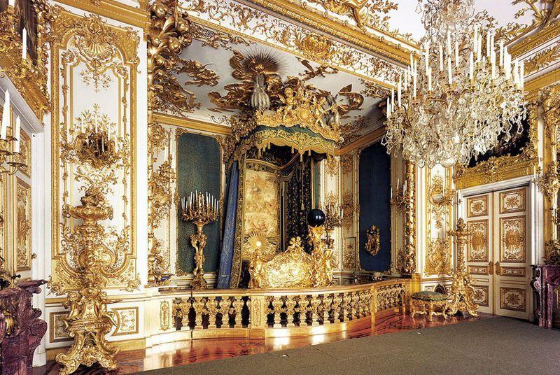 Bagian interior yang dihiasi emas