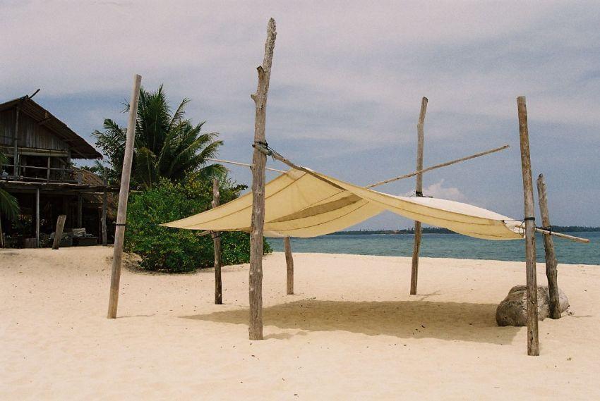 Pasir putih dan tenda di pesisir pantai