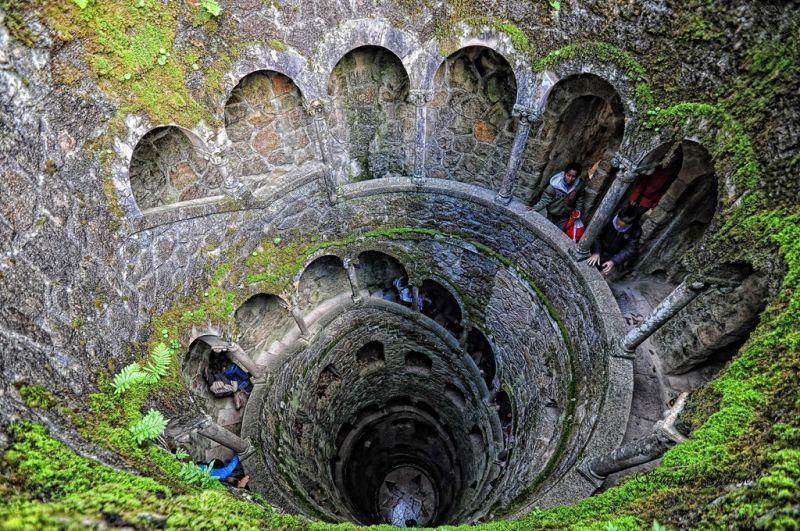 Tangga yang membentuk sumur di dalam kastil