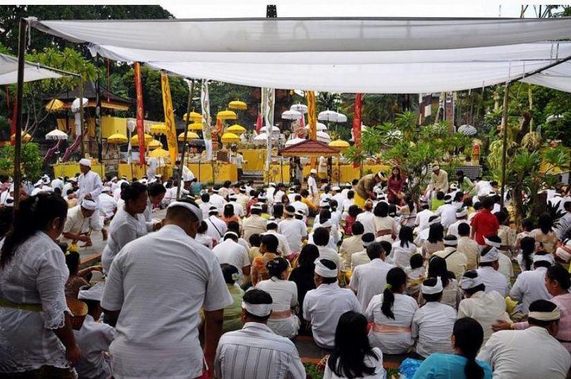 Umat Hindu di Bali Memperingati Hari Raya Saraswati