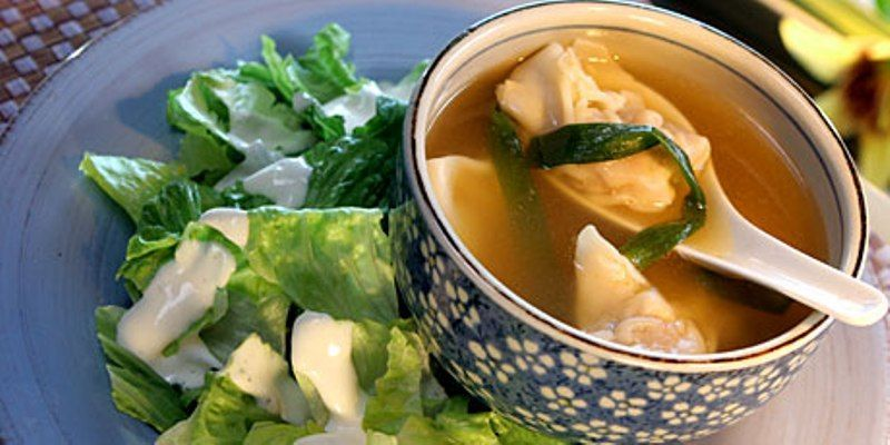makan salad dan sup