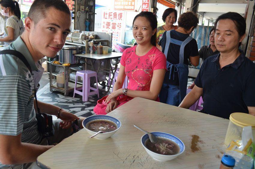 Makan bisa jadi ajang berinteraksi dengan warga lokal