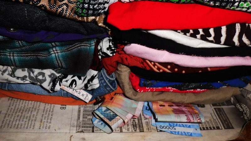 Menyimpan uang di lipatan baju
