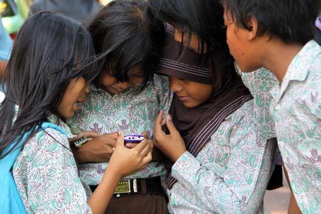 anak anak SD bermain handphone