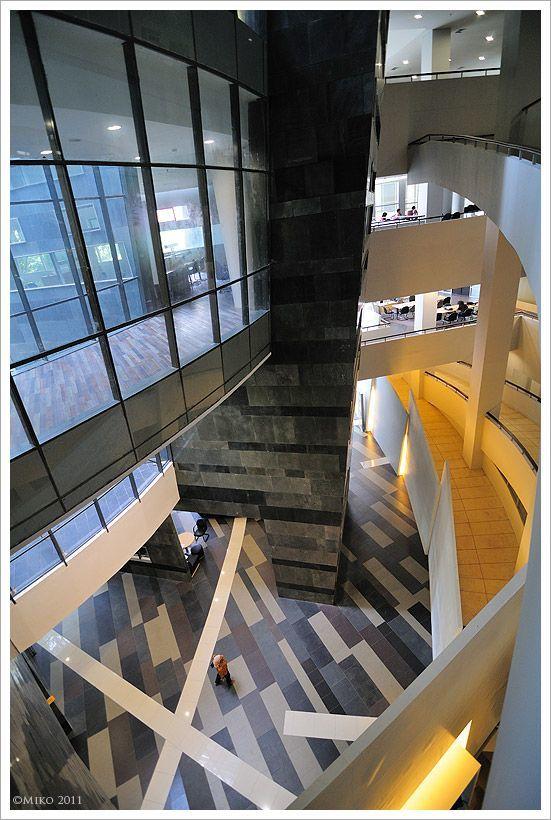 Interior perpustakaan yang modern dan minimalis