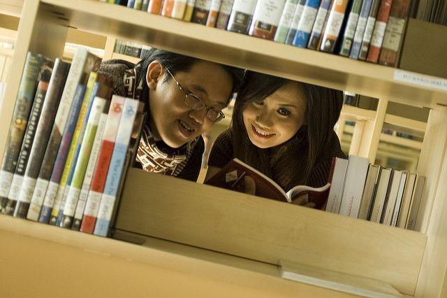 Dia yang mencintai buku bisa jadi partner diskusi yang sepadan