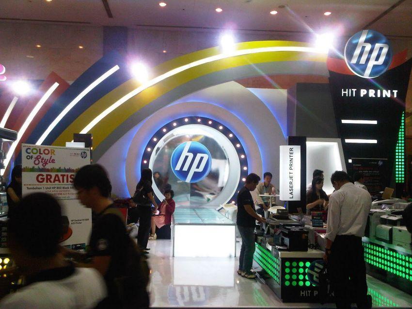Mengunjungi pameran elektronik adalah salah satu kegiatan umum kelas menengah