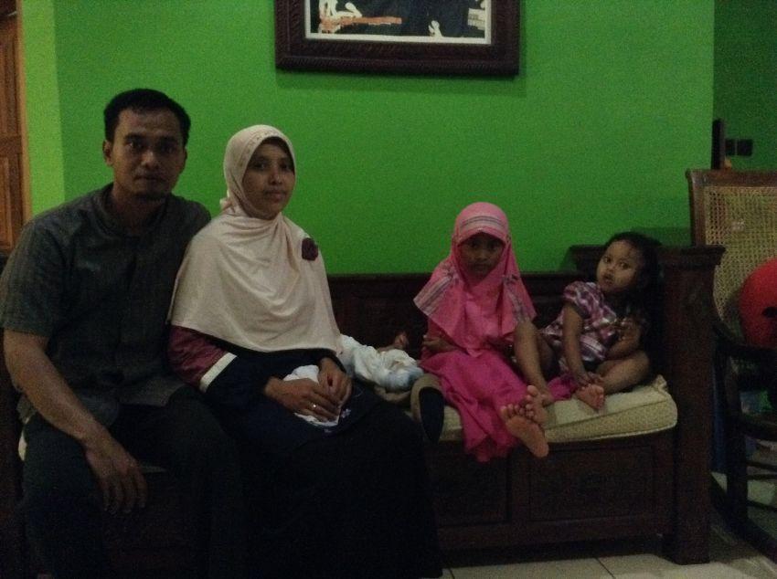 Agung dan Vera bersama keluarga kecilnya