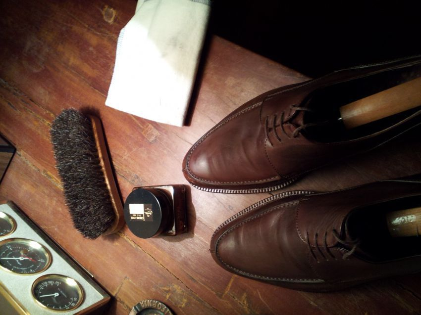 Menyemir sepatu