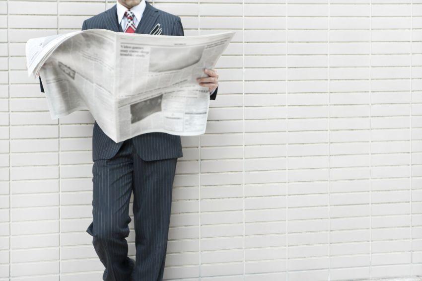 Baca koran biar tau perkembangan dunia