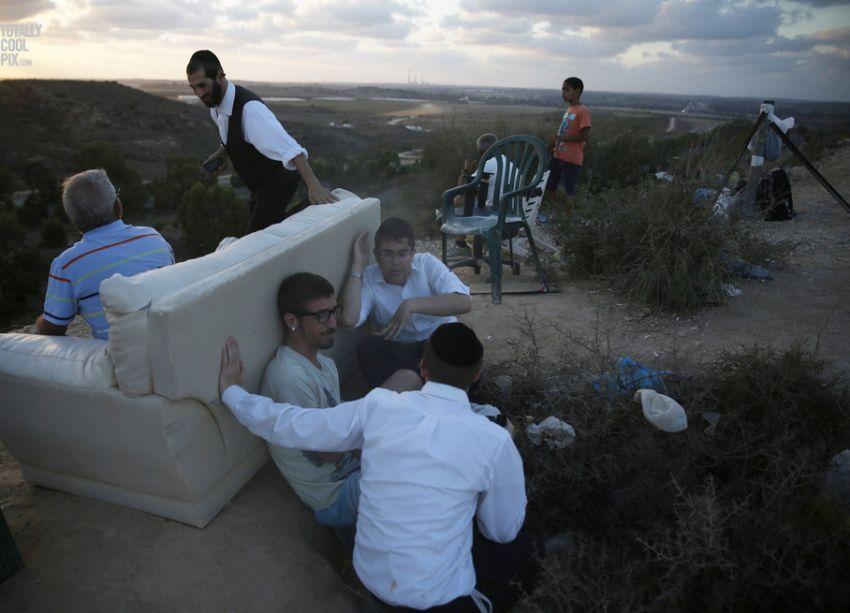 Enjoying the view? Warga Israel menyaksikan Gaza dibombardir dari jauh