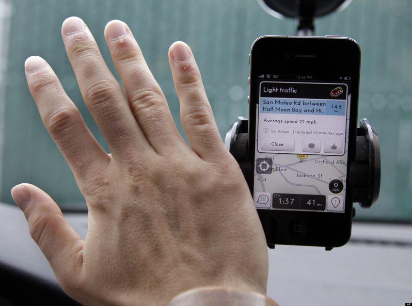 Gunakan Waze, sebuah GPS berbasis sosial.