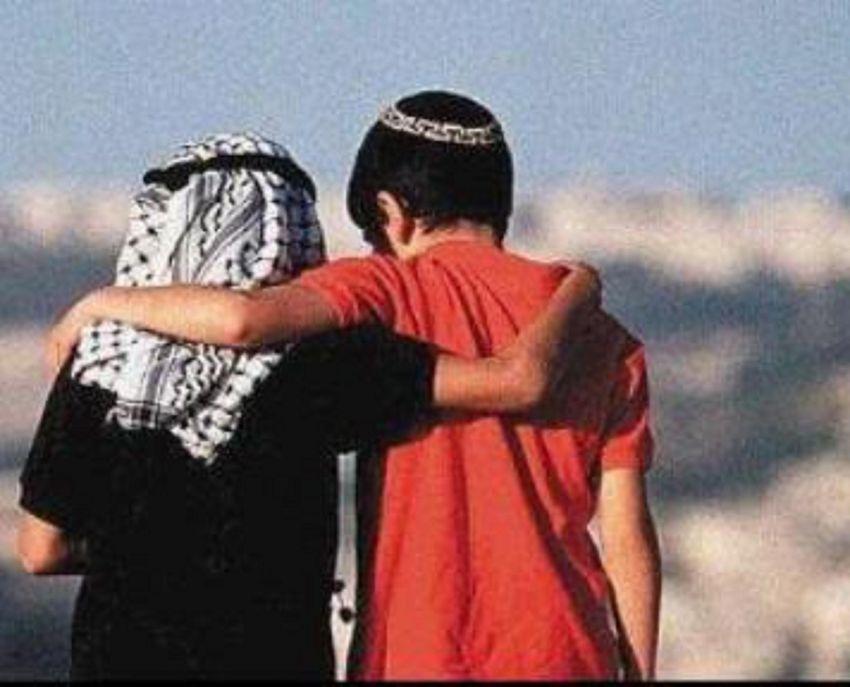 Seorang bocah Israel dan Palestina bergandengan