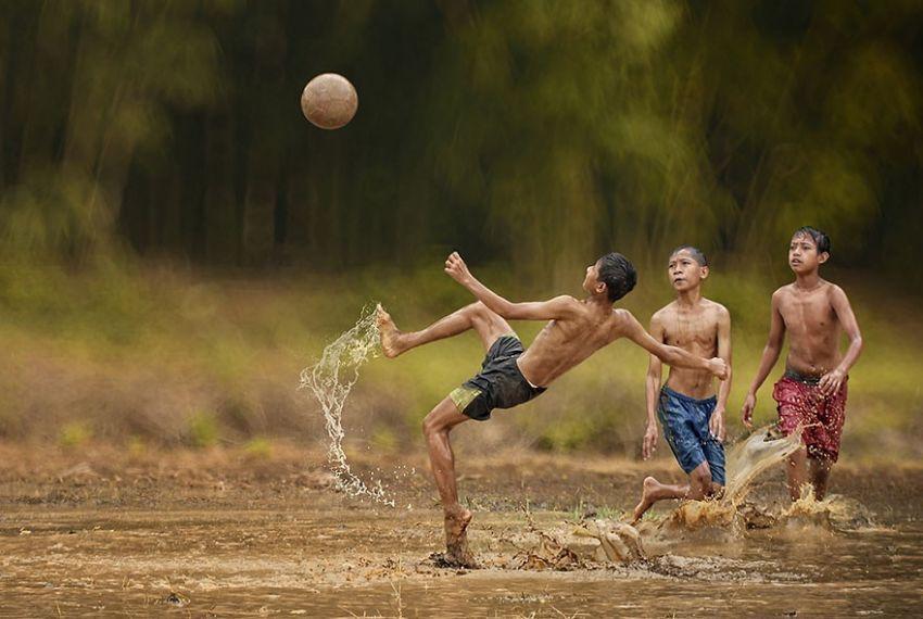 Bermain sepakbola di sawah
