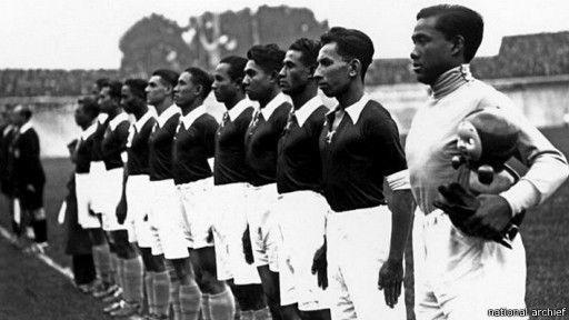 Tim Hindia Belanda menggunakan seragam berwarna oranye dengan celana putih dan kaus kaki biru muda.