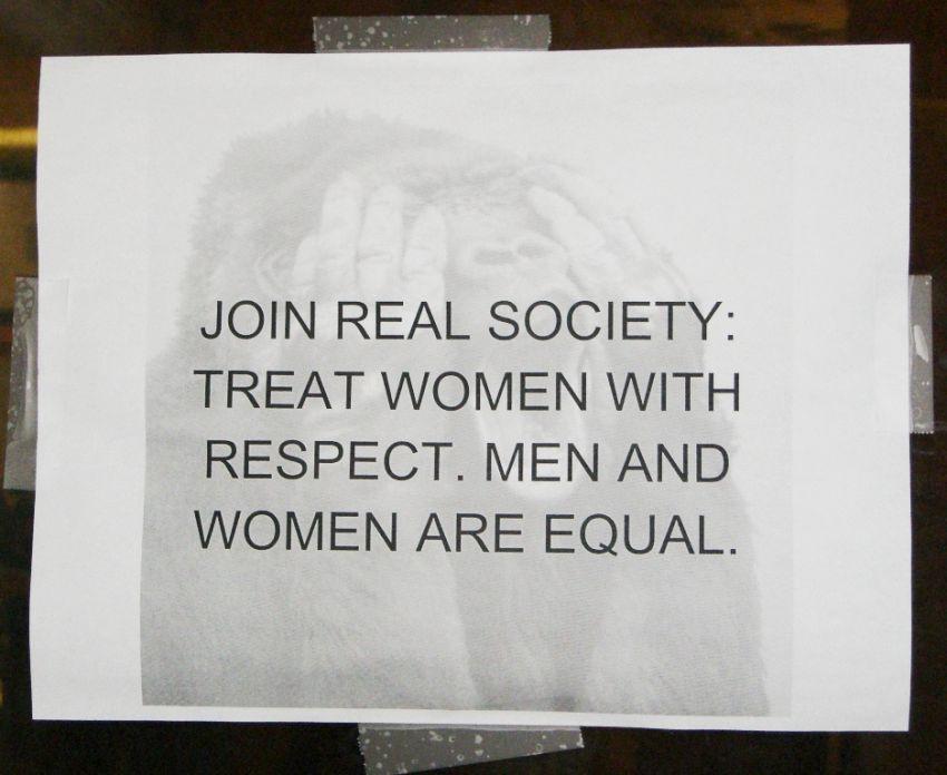 Menghormati perempuan