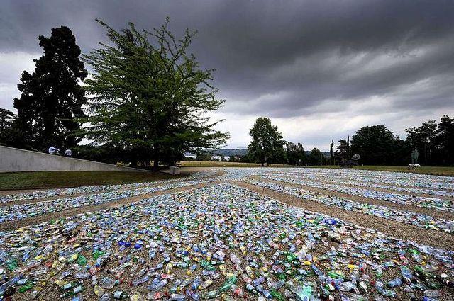 """Labirin Daur Ulang"", seni instalasi yang dibuat dari 8.000 botol plastik bekas dan diletakkan di dekat gedung PBB di Jenewa."
