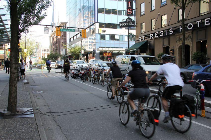 jangan jalan di jalur sepeda kalau nggak mau kena semprot