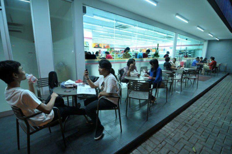 Malming nongkrong di kafe atau minimarket