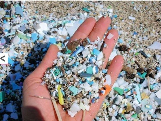 Fragmen sampah plastik di pantai