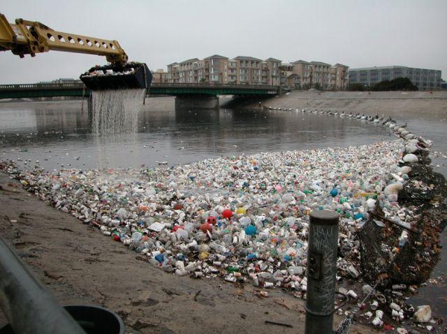 Sampah plastik di sungai Los Angeles.