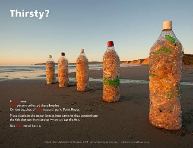 Botol berukuran manusia  berisi botol plastik bekas.