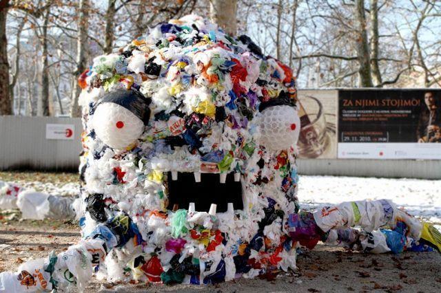 """Monster kantong Plastik"", seni instalasi dari seniman Slovenia Miha Artnak"