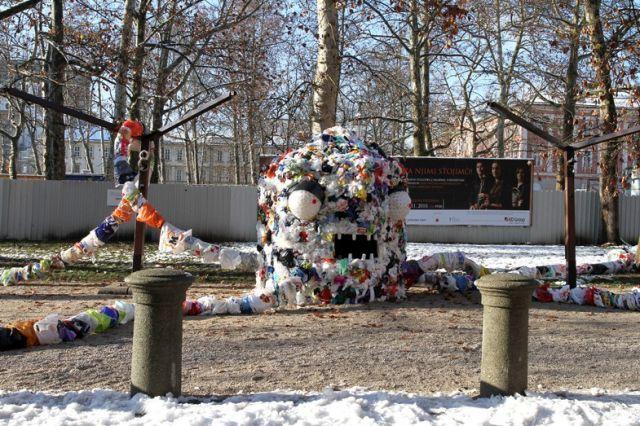Monster ini dibuat dari 40.000 kantong plastik bekas dan 7.500 gelas plastik bekas.