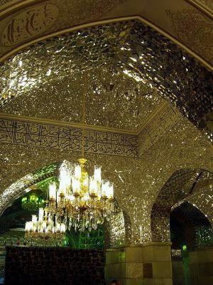 Dinding dan langit-Langit Masjid yang Ditempeli Mosaik Cermin