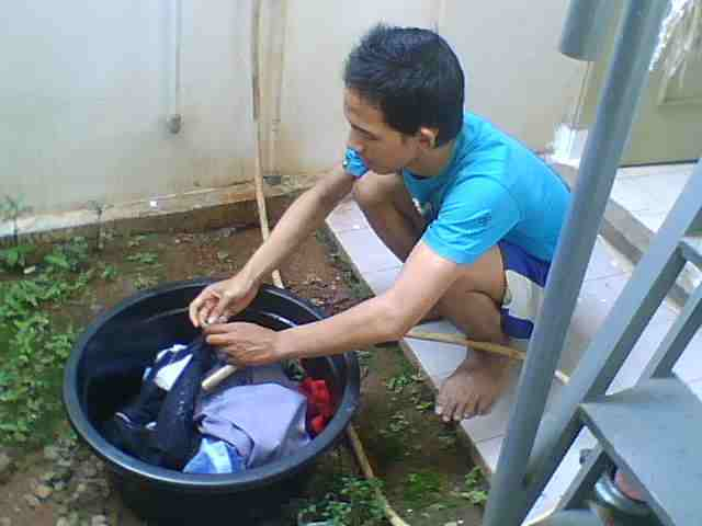 Cuci baju sendiri biar hemat