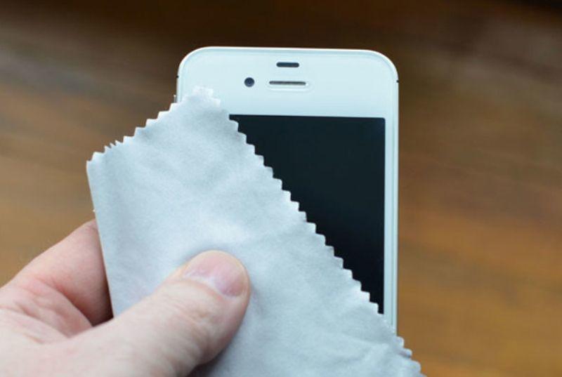 Bersihkan permukaan ponselmu