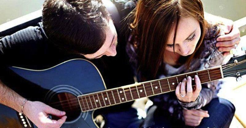 selain jagain gitarnya, dia juga siap jagain kamu